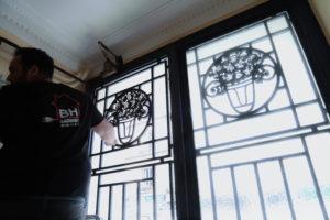 Installation vitre porte d'entrée bâtiment